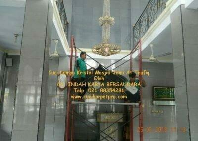 cuci-lampu-kristal-masjid-jami-at-taufiq-15