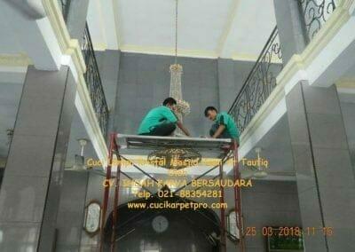 cuci-lampu-kristal-masjid-jami-at-taufiq-17
