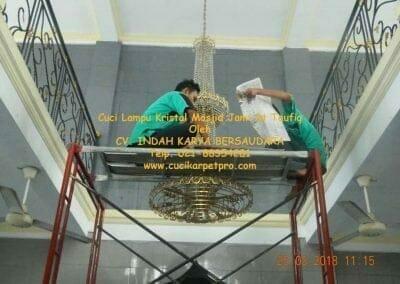cuci-lampu-kristal-masjid-jami-at-taufiq-18