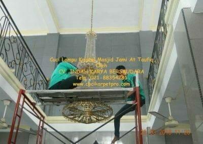 cuci-lampu-kristal-masjid-jami-at-taufiq-20