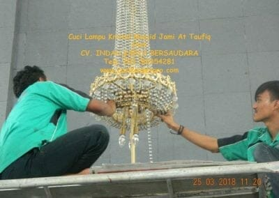 cuci-lampu-kristal-masjid-jami-at-taufiq-21