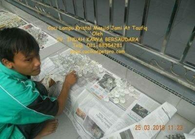 cuci-lampu-kristal-masjid-jami-at-taufiq-26