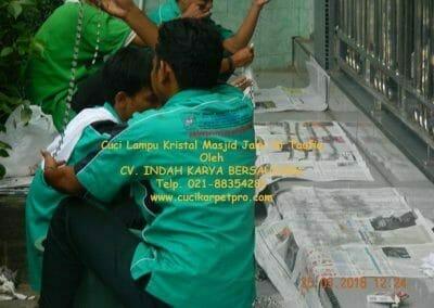 cuci-lampu-kristal-masjid-jami-at-taufiq-33