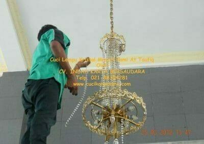 cuci-lampu-kristal-masjid-jami-at-taufiq-38