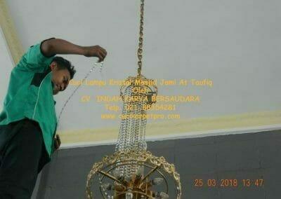 cuci-lampu-kristal-masjid-jami-at-taufiq-39