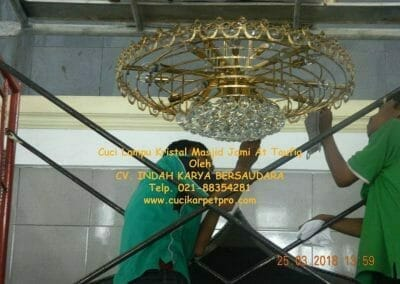 cuci-lampu-kristal-masjid-jami-at-taufiq-41
