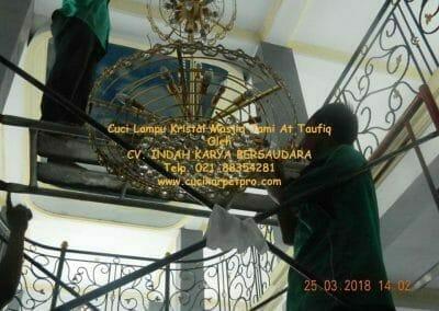 cuci-lampu-kristal-masjid-jami-at-taufiq-44