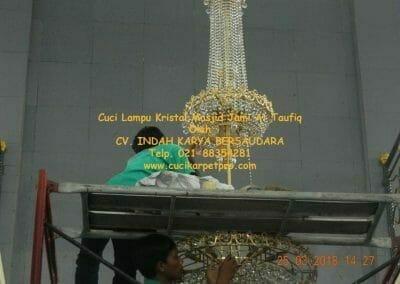 cuci-lampu-kristal-masjid-jami-at-taufiq-46