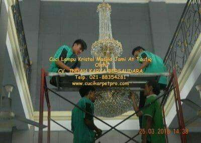 cuci-lampu-kristal-masjid-jami-at-taufiq-47