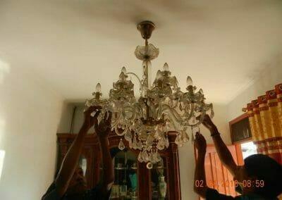 cuci-lampu-kristal-ibu-suningsih-02