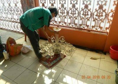 cuci-lampu-kristal-ibu-suningsih-15