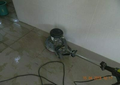 cuci-lantai-kamar-mandi-masjid-al-insanul-kamil-03