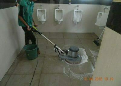 cuci-lantai-kamar-mandi-masjid-al-insanul-kamil-05