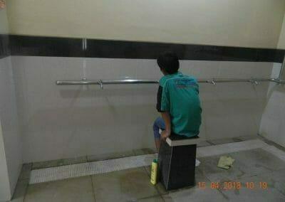 cuci-lantai-kamar-mandi-masjid-al-insanul-kamil-07