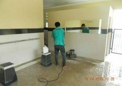 cuci-lantai-kamar-mandi-masjid-al-insanul-kamil-10