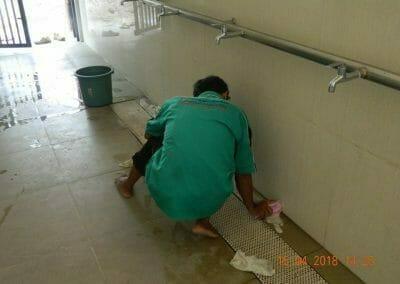 cuci-lantai-kamar-mandi-masjid-al-insanul-kamil-11