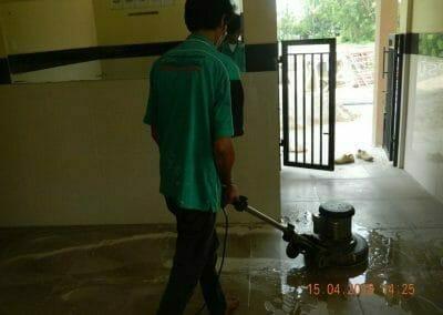 cuci-lantai-kamar-mandi-masjid-al-insanul-kamil-12