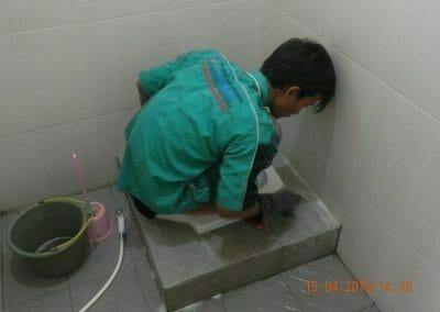 cuci-lantai-kamar-mandi-masjid-al-insanul-kamil-13