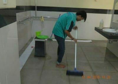 cuci-lantai-kamar-mandi-masjid-al-insanul-kamil-14