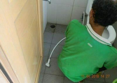 cuci-lantai-kamar-mandi-masjid-al-insanul-kamil-15