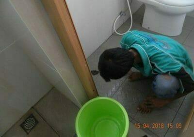 cuci-lantai-kamar-mandi-masjid-al-insanul-kamil-16