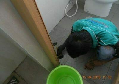 cuci-lantai-kamar-mandi-masjid-al-insanul-kamil-17
