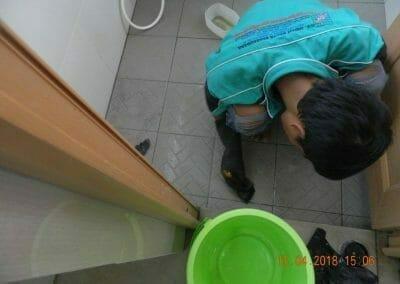 cuci-lantai-kamar-mandi-masjid-al-insanul-kamil-19