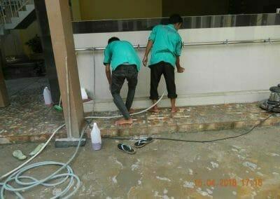 cuci-lantai-kamar-mandi-masjid-al-insanul-kamil-20