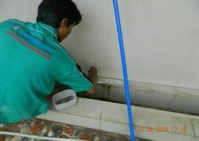 cuci-lantai-kamar-mandi-masjid-al-insanul-kamil-24