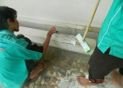 cuci-lantai-kamar-mandi-masjid-al-insanul-kamil-26