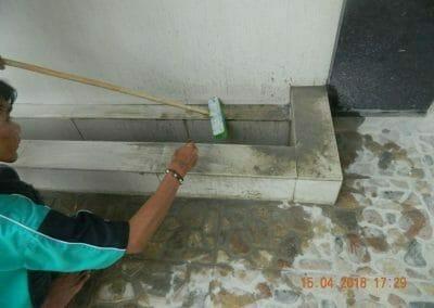 cuci-lantai-kamar-mandi-masjid-al-insanul-kamil-27