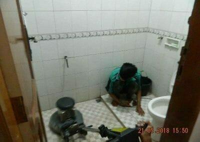 cuci-kamar-mandi-ibu-intan-08