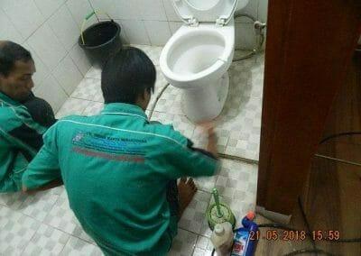cuci-kamar-mandi-ibu-intan-13