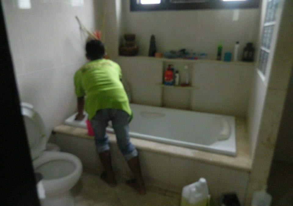 Cuci Kamar Mandi Ibu Shinta Jalan Jatinegara Barat