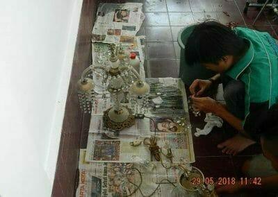 cuci-lampu-kristal-ibu-maria-07