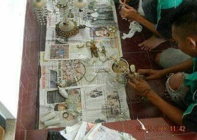 cuci-lampu-kristal-ibu-maria-08