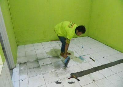 cuci-lantai-keramik-ibu-nita-01
