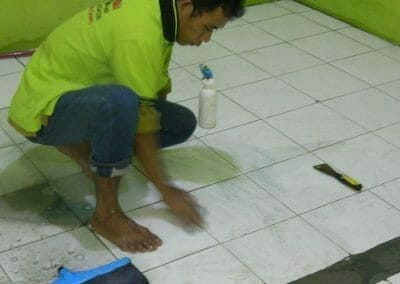 cuci-lantai-keramik-ibu-nita-03