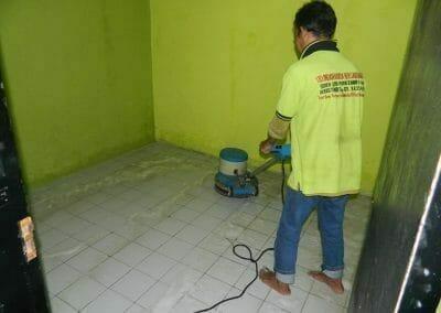 cuci-lantai-keramik-ibu-nita-05