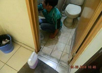 cuci-kamar-mandi-bapak-ade-07