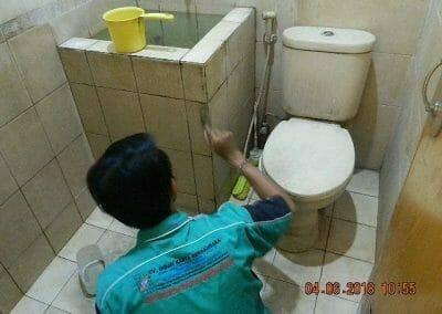 cuci-kamar-mandi-bapak-ade-16