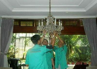 cuci-lampu-kristal-ibu-julianti-04