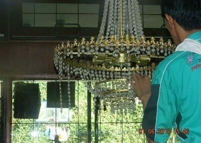 cuci-lampu-kristal-ibu-julianti-33