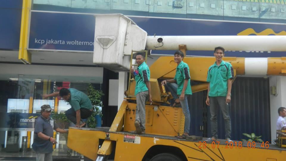 Cuci Kaca Bank Mandiri KCP Wolter Monginsidi Jakarta