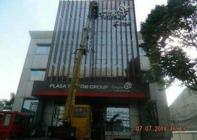 jasa-pembersih-gedung-plasa-telkom-04