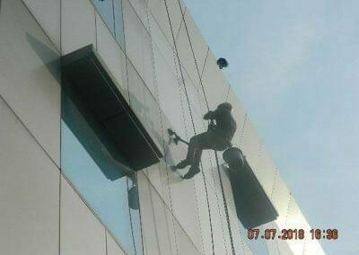 jasa-pembersih-gedung-plasa-telkom-12