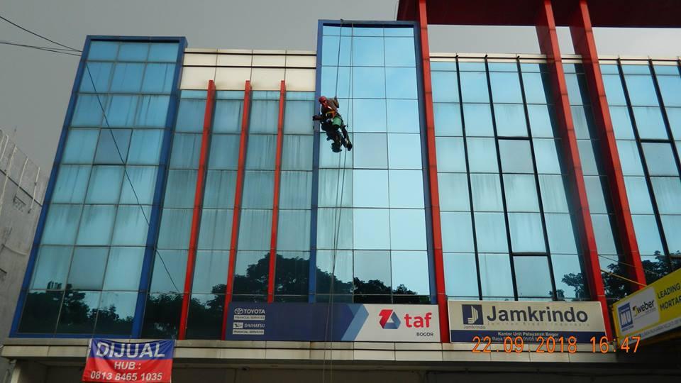 Cuci Kaca Gedung TAF Bogor | Jasa Pembersihan Kaca Gedung