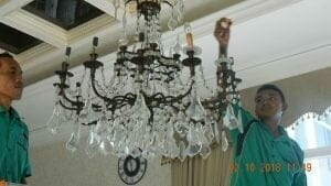 cuci-lampu-kristal-di-lotus-palace-03