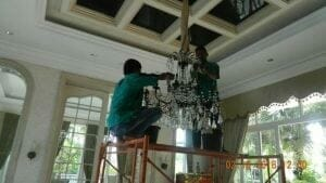 cuci-lampu-kristal-di-lotus-palace-07