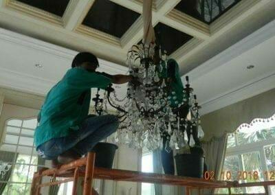cuci-lampu-kristal-di-lotus-palace-08